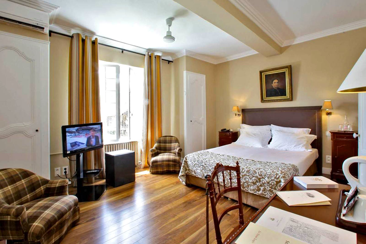Chambres Confort du Vieux-Logis d'environ 25m2 climatisées. Idéal pour profiter de votre séjour en Périgord dans un esprit de famille.